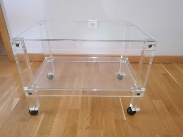 Mesa estilizada de acrílico