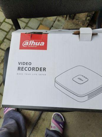 відеокамери, сервер, блок живлення і пульт охорони