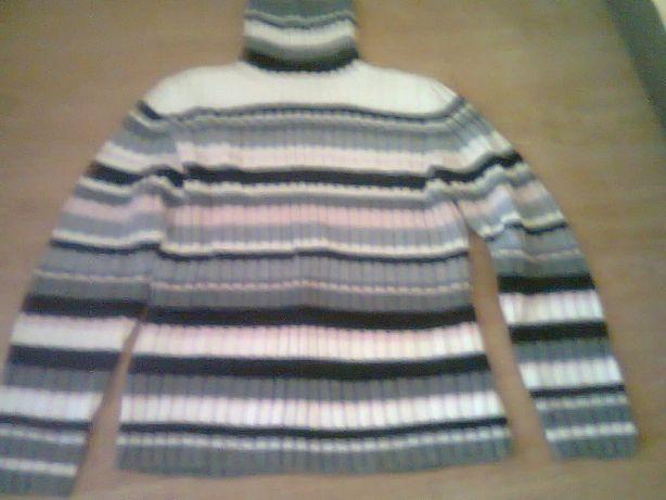 Sweter golf włóczkowy w paski pastelowe.