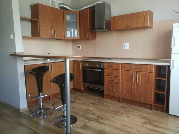 Zestaw mebli kuchennych + stolik barowy i 2 hokery (krzesła barowe)