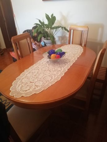 Mesa de jantar oval extensivel com 4 cadeiras estufadas