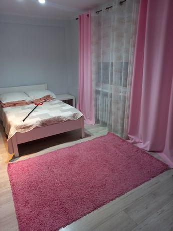 Dywan i zasłony różowe