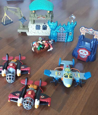 Zabawki, samoloty, piraci, twierdza