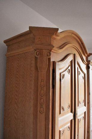 Piękna drewniana szafa