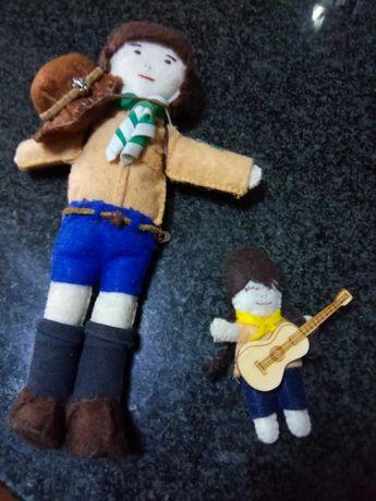2 bonecos escuteiros. F. À mão.