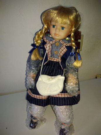 Boneca em porcelana