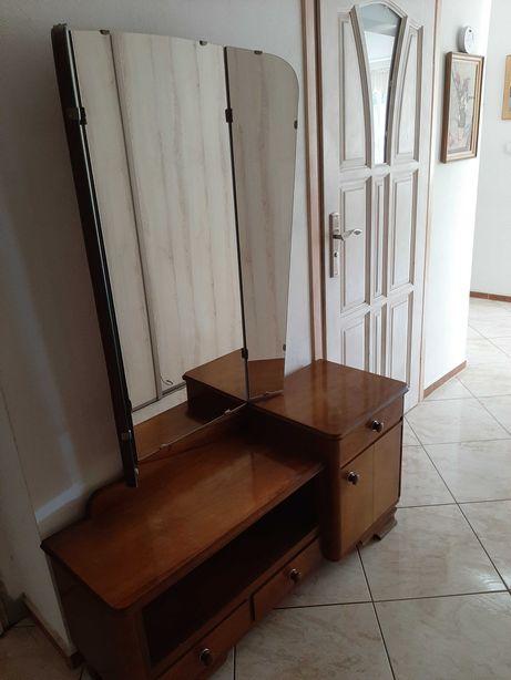 Drewniana toaletka z lustrem.