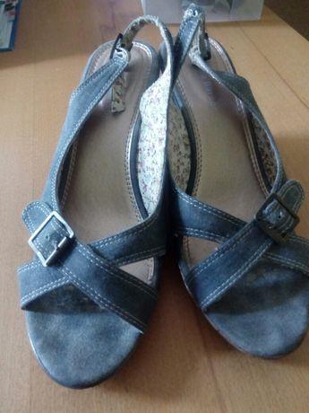 Sandały na koturnie z dżinsu