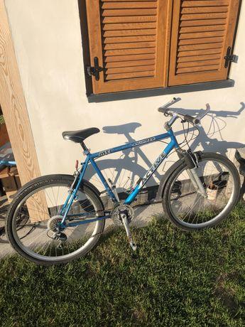 Rower górski z tylnym swiatłem