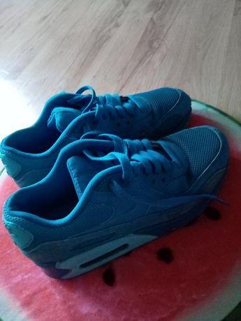 Niebieskie buty.