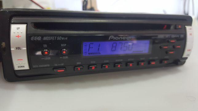 Auto rádio Pioneer com leitor de CD.