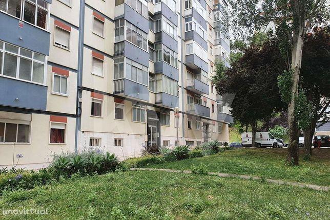Apartamento T3 em total remodelação - São Domingos Benfica