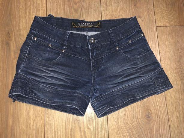 Krótkie spodenki jeans i białe