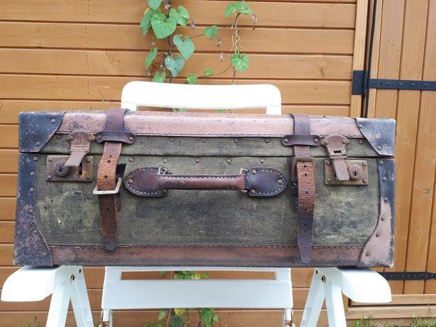 Stara walizka w dobrym stanie .