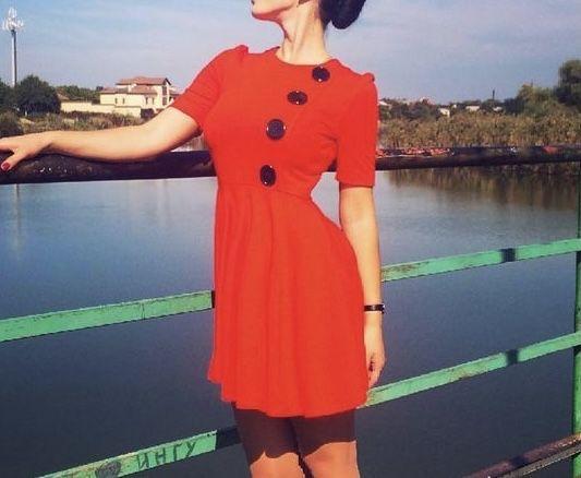 Платье трикотажное морковного цвета