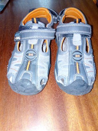 buty dla chłopca bez pięty, prawie sandały, prawie laczki
