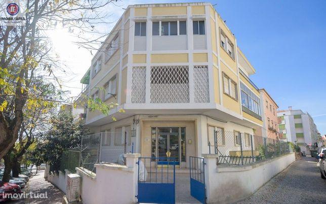 Apartamento T0+1 em prédio com logradouro, Amadora