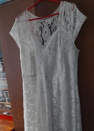 Suknia ślubna z koronki, welonik i wianek