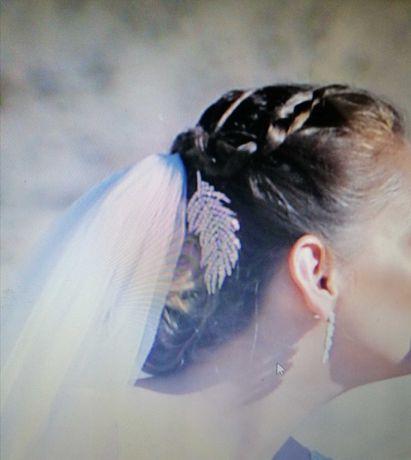 Ozdobą do włosów na grzebyku w kolorze srebrnym ślubna