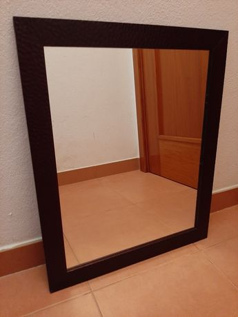 Espelho com moldura castanha