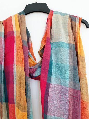 piękny kolorowy szal z frędzlami