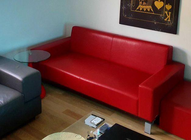 Sofa czerwona plus elegancki stolik
