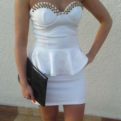 Biała sukienka z kolcami, raz ubrana