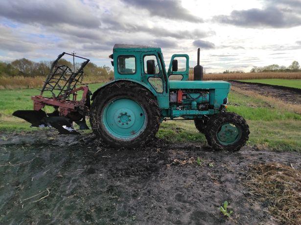 Продається трактор Т-40 АМ , з двокорпусним плугом