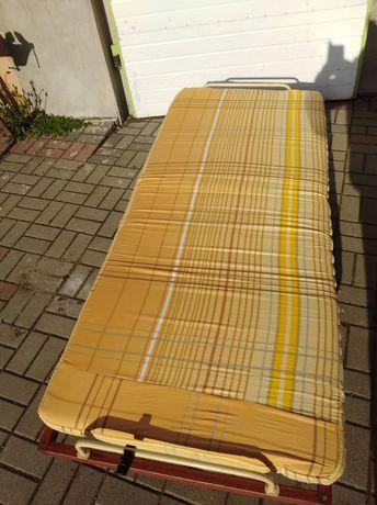 Łóżko polowe drewniane.