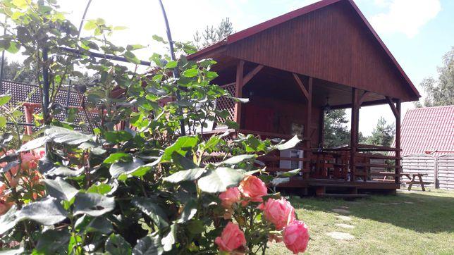 domek drewniany nad jeziorem