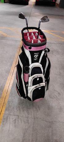 Saco de golfe com um taco