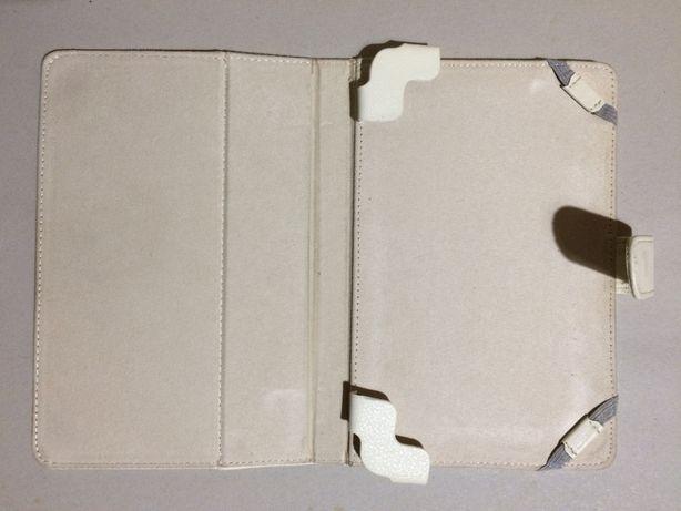Capa branca para tablet com as dimensões exteriores de 21 X 14 cm