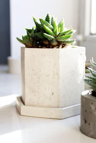 Heksagonalna doniczka z betonu +podstawka z betonu