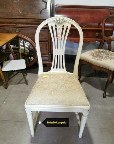Białe krzesło kremowe drewniane