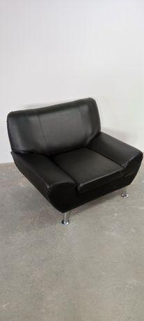 Duży czarny, skórzany fotel