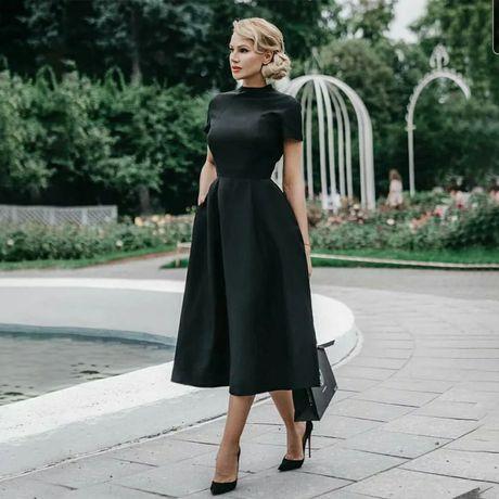 Атласное платье миди.