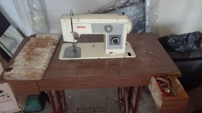 Máquina de costura antiga para restauro