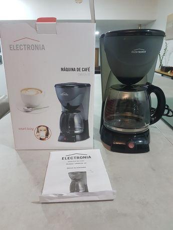 Máquina de café em bom estado de funcionamento.