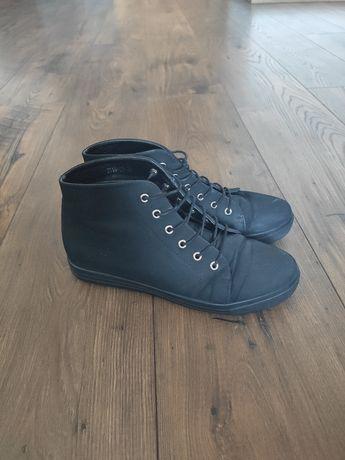 Czarne buty z ukrytym mini koturnem