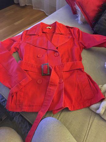 Płaszczyk z paskiem czerwony dżins.