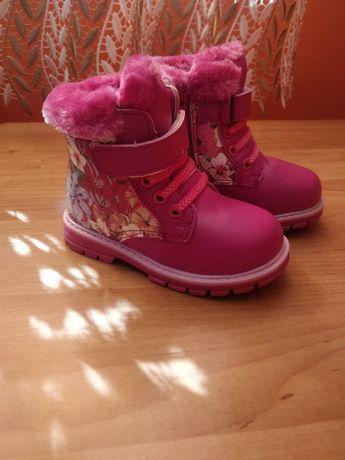 Нові чобітки для дівчинки