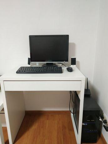 Комп'ютер, системний блок , монітор, стіл.