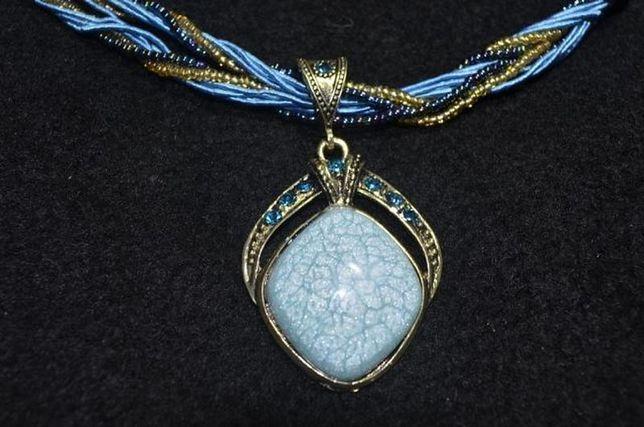 Голубое колье из бисера с большим красивым камнем