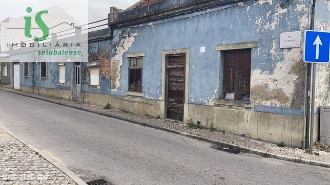 Duas Moradias por remodelar lote tem 700 m2 Montijo