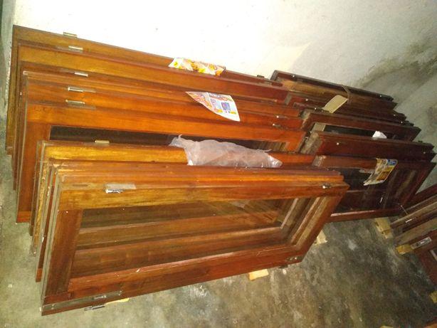 Janelas e portas em madeira maciça