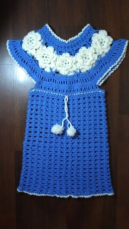 Продам вязаное сине-белое платье на рост 104
