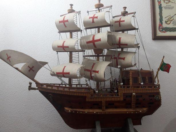 Barco de madeira feito à mão