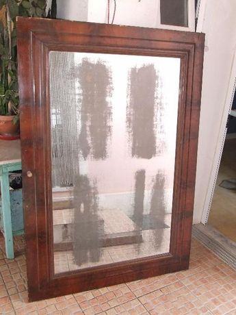 """Espelho de móvel muito antigo, envelhecido e com """"patine""""."""