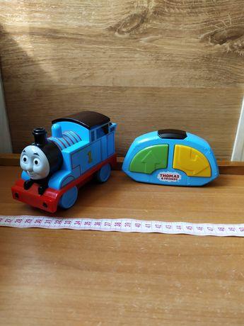 Паровоз Томас на пульті управління.