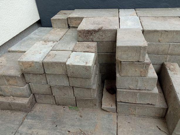 Szara kostka brukowa 30x20, 20x20, 20x10, 10x10 na ok. 2,8 m2.